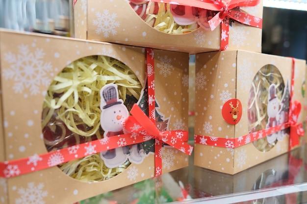 Weihnachtsgeschenke auf einem regal in einem neujahrsladen. süßigkeiten für den urlaub.