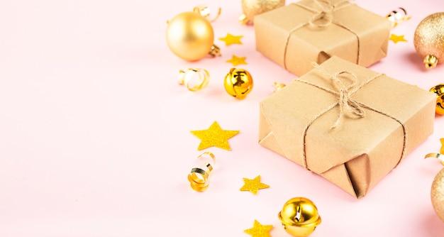Weihnachtsgeschenke auf einem rosa hintergrund. weihnachtshintergrund. neujahrskarte. speicherplatz kopieren.