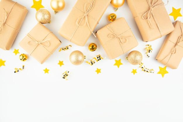Weihnachtsgeschenke auf einem weißen hintergrund. flache lage, draufsicht, kopierraum.