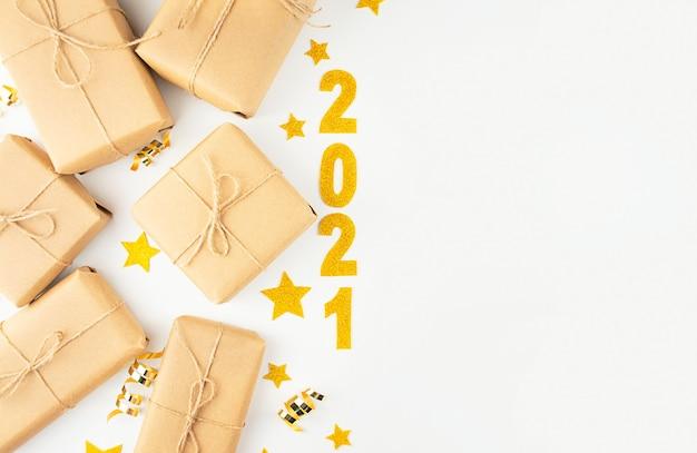 Weihnachtsgeschenke auf einem weißen hintergrund mit der inschrift 2021. weihnachtsbanner. speicherplatz kopieren.