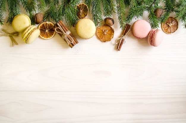 Weihnachtsgeschenke auf einem weißen hölzernen hintergrund mit zweigen. neujahrsgeschenke