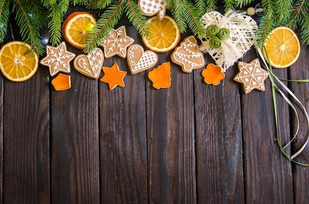 Weihnachtsgeschenke auf einem weißen hölzernen hintergrund mit zweigen.