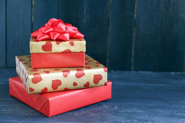 Weihnachtsgeschenke auf farbe holz