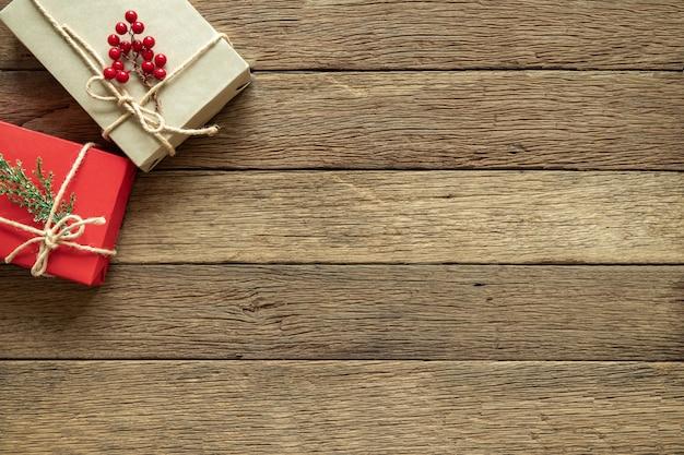 Weihnachtsgeschenke auf hölzernem hintergrund mit copyspace. flachgelegt, draufsicht