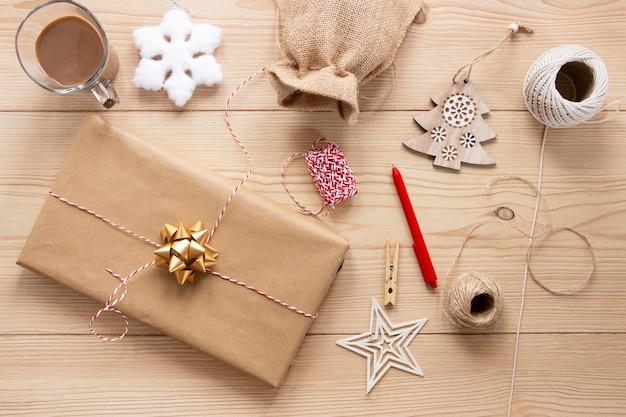 Weihnachtsgeschenke auf hölzernem hintergrund