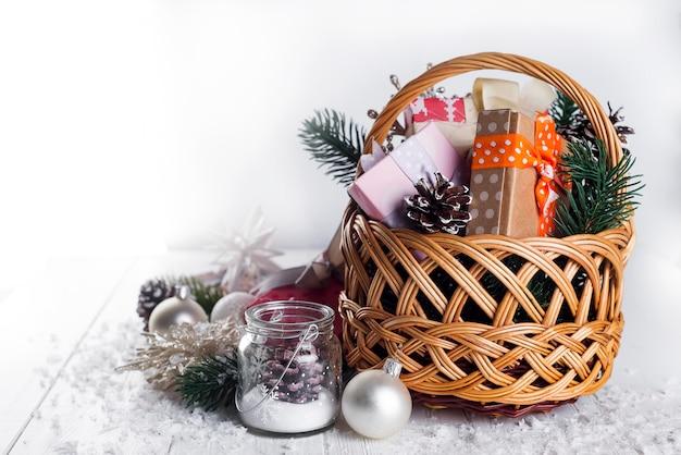 Weihnachtsgeschenke auf hölzernem hintergrund.