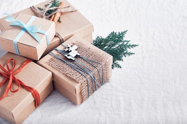 Weihnachtsgeschenke auf weißem zerknittertem stoff
