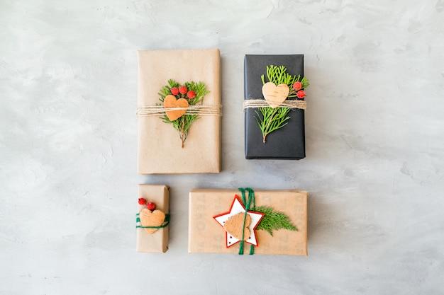 Weihnachtsgeschenke aus recyclingpapier im rustikalen stil einwickeln. weihnachtsgeschenkkästen