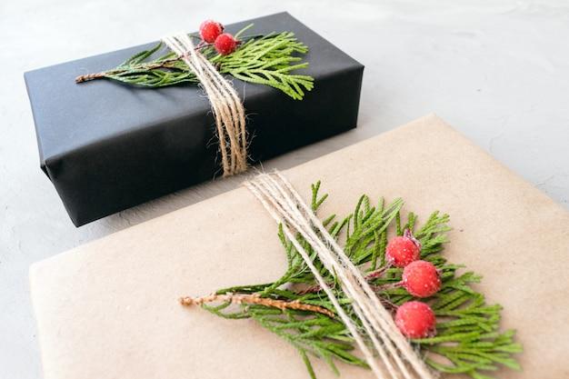 Weihnachtsgeschenke aus recyclingpapier im rustikalen stil einwickeln