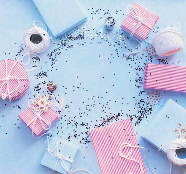 Weihnachtsgeschenke. blauer hintergrund des festlichen rosa kastens