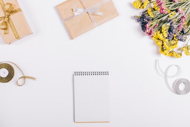 Weihnachtsgeschenke, dekorationen und ein notizbuch