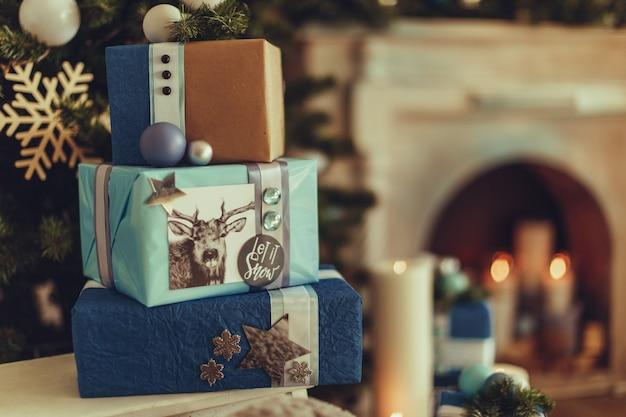Weihnachtsgeschenke. festliche boxe mit verschiedenen farbbögen