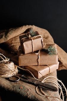 Weihnachtsgeschenke handgemacht aus bastelpapier und mit seil gebunden