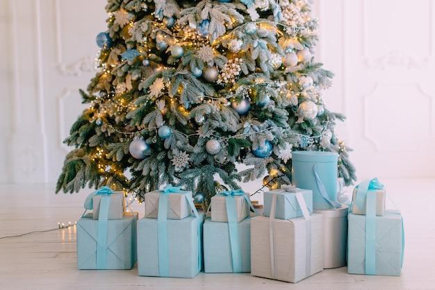 Weihnachtsgeschenke in kisten unter baum, nahaufnahme