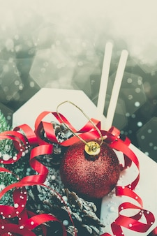Weihnachtsgeschenke in wok-papierverpackungen. für asiatische fast foods.