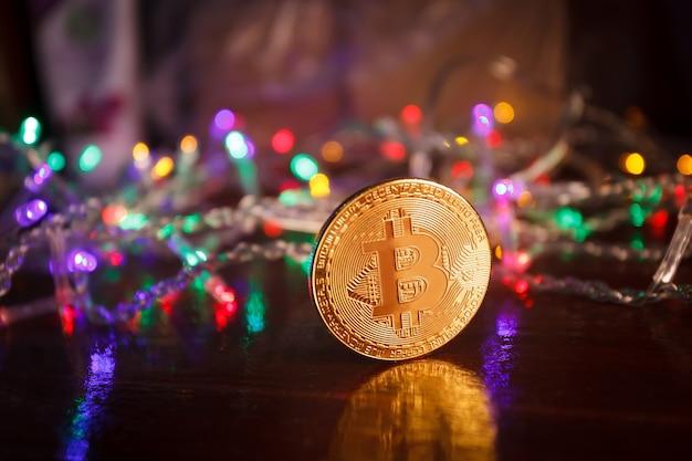 Weihnachtsgeschenke mit bitcoin-girlanden und tannenzweigen