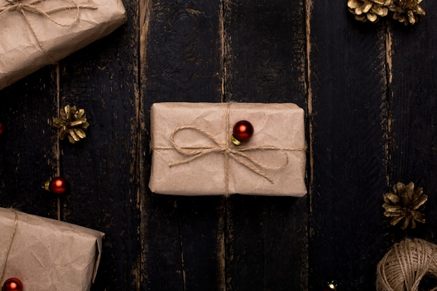 Weihnachtsgeschenke mit dekoration des neuen jahres auf einer holzoberfläche
