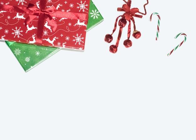 Weihnachtsgeschenke mit dekorationen auf weißem hintergrund