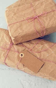Weihnachtsgeschenke mit gestreiftem faden