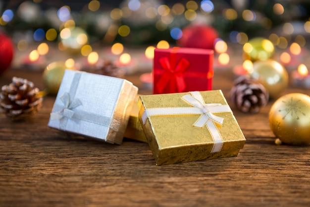 Weihnachtsgeschenke mit glänzenden hintergrund