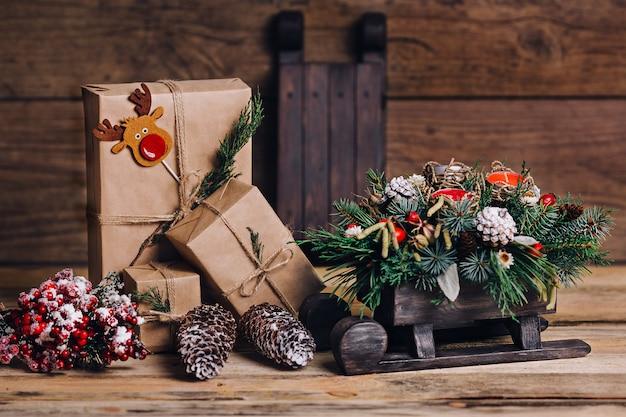 Weihnachtsgeschenke mit kästen auf hölzernem hintergrund