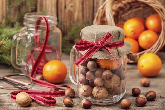 Weihnachtsgeschenke mit mandarinen und nüssen
