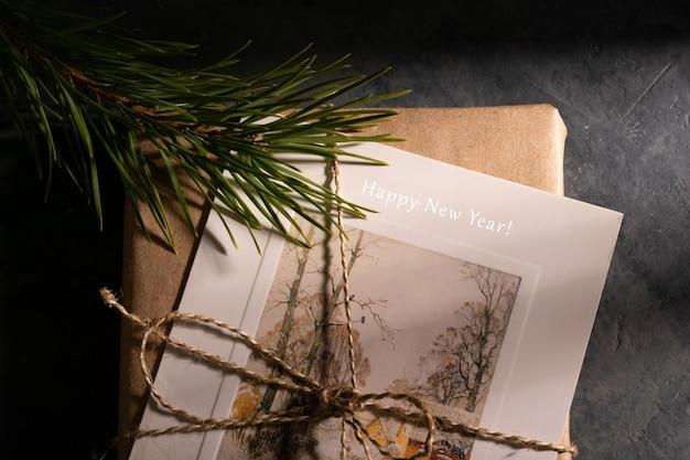 Weihnachtsgeschenke mit postkarte mit tannenzweig