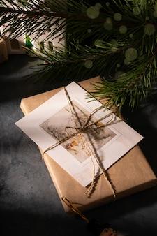 Weihnachtsgeschenke mit postkarte unter dem weihnachtsbaum