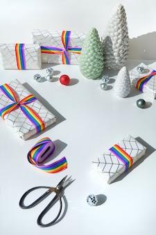Weihnachtsgeschenke mit regenbogenband in den lgbtq-gemeinschaftsflaggenfarben