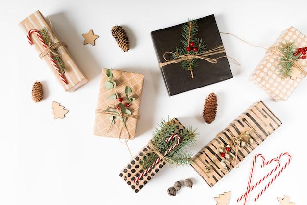 Weihnachtsgeschenke mit verschiedenen dekorationen umwickelt