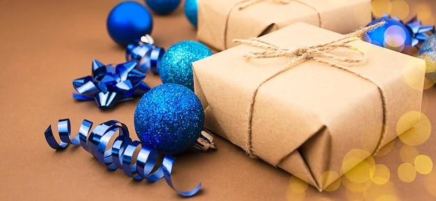 Weihnachtsgeschenke mit weihnachtsdekorationen auf einem braunen hintergrund. weihnachtshintergrund. speicherplatz kopieren.