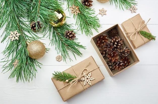 Weihnachtsgeschenke mit zapfen und verzierten kiefernzweigen