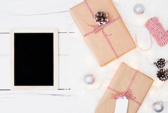Weihnachtsgeschenke nähern sich mini dekorativer Tafel