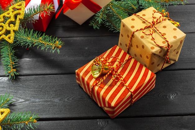 Weihnachtsgeschenke oder geschenke mit weihnachtsdekoration