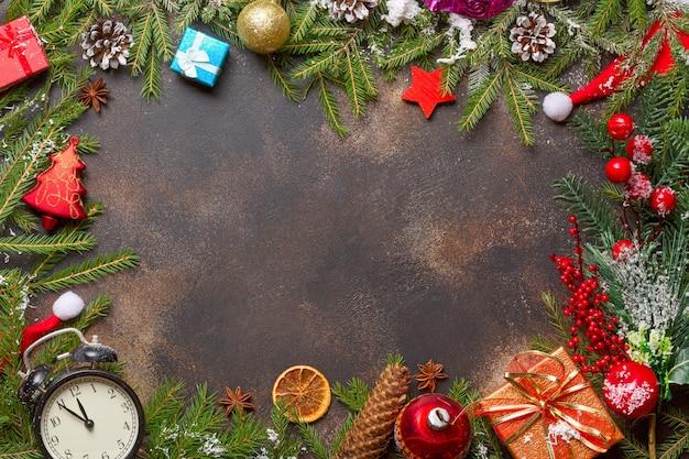 Weihnachtsgeschenke, spielzeug, vintage-uhr und weihnachtsmütze auf stein