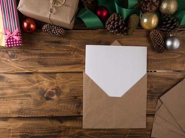 Weihnachtsgeschenke und briefe auf dem tisch. ansicht von oben, kopienraum.