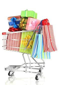 Weihnachtsgeschenke und einkaufen im wagen isoliert auf weiß
