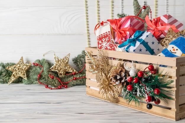 Weihnachtsgeschenke und ingwerplätzchen in verzierter holzkiste