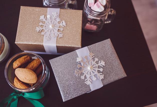 Weihnachtsgeschenke und kekse auf dem tisch