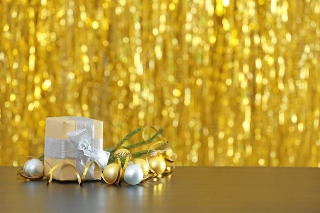 Weihnachtsgeschenke und verschwommene lichter im hintergrund