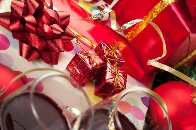 Weihnachtsgeschenke und weingläser