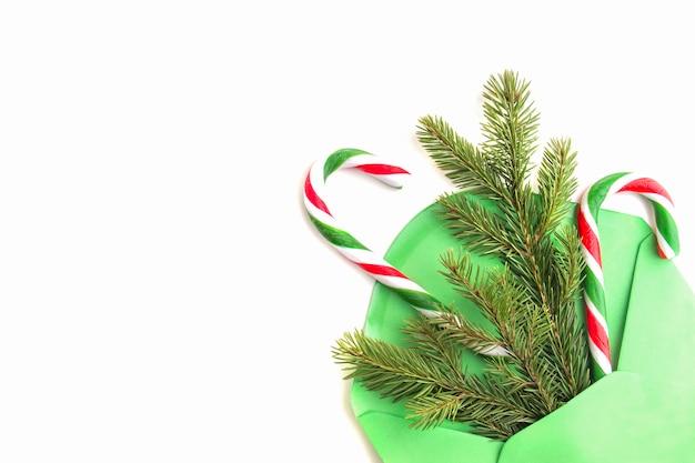 Weihnachtsgeschenke und zuckerstangen im umschlag