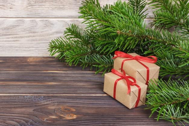 Weihnachtsgeschenke unter einem baum. tannenzweige. weihnachts- und guten rutsch ins neue jahr-zusammensetzung