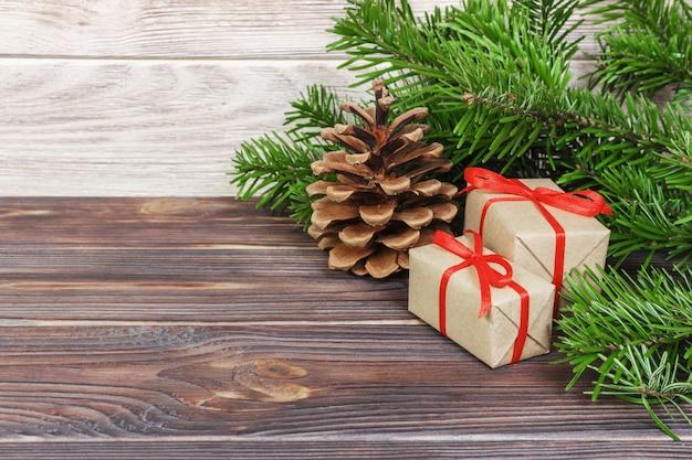 Weihnachtsgeschenke unter einem baum