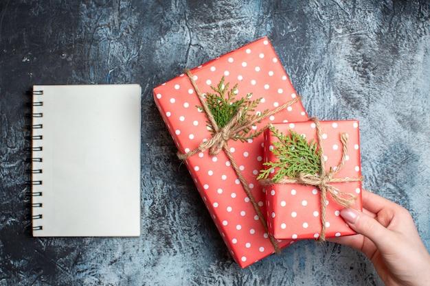 Weihnachtsgeschenke von oben und leeres notizbuch