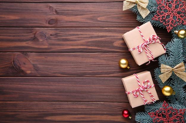 Weihnachtsgeschenkgeschenke mit dekorationen auf einem braunen hintergrund
