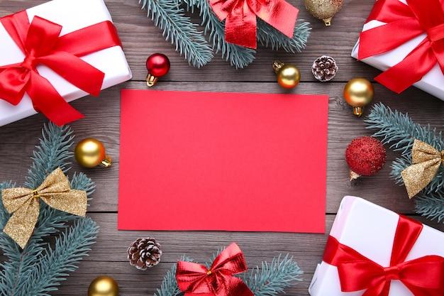 Weihnachtsgeschenkgeschenke mit dekorationen auf einem grauen hintergrund.