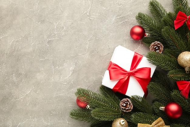 Weihnachtsgeschenkgeschenke mit dekorationen auf einem grauen konkreten hintergrund.