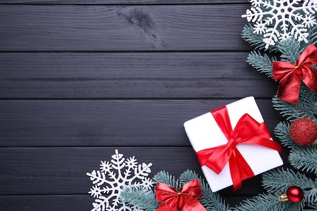 Weihnachtsgeschenkgeschenke mit dekorationen auf einem schwarzen hintergrund
