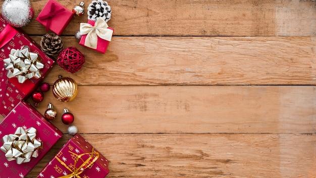 Weihnachtsgeschenkkästen mit glänzenden kugeln